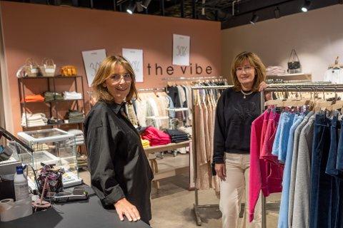 FLYTTER: Butikkeier Helene Hage Johannesen (t.v.) og butikksjef Eila Nygård har drevet motebutikken The Vibe på Gulskogen senter i fem år. I august begynner et nytt kapittel i Sandvika.