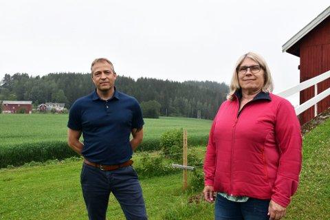 PÅ BESØK: Morten Lafton og Kirsten Orebråten besøkte flere lokale gårder denne uken. Foto: Eirik Haugen