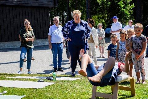 IMPONERT AV YOGA: Erna Solberg lot seg imponere av yogaøvelsene barna i Hønefoss barnehage viste fram.