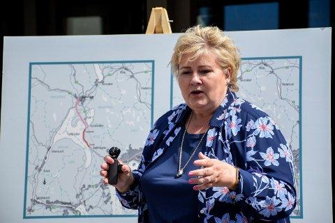 KONTRAKT: Erna Solberg er glad for å ha overført Fellesprosjektet for Ringeriksbanen og E16 til Nye Veier.