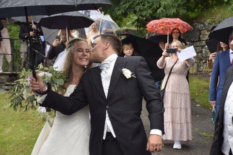 LYKKE: Lørdag var en regnværsdag. Regn i brudesløret skal bety lykke.