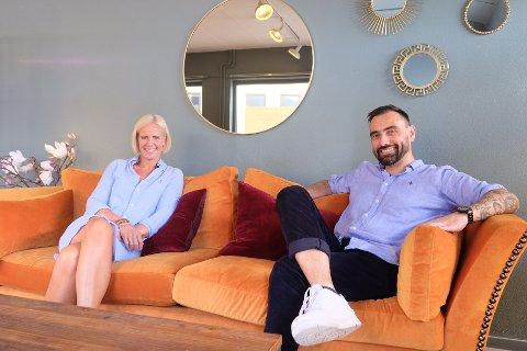TEAM: Håvard Ringdahl (45) og Ann Kristin Hølen (42) i sofaen der de avtalte å samarbeide.