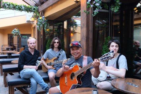 SOSIALT: De er glade for å ha et sted å møte mennesker og spille musikk sammen.