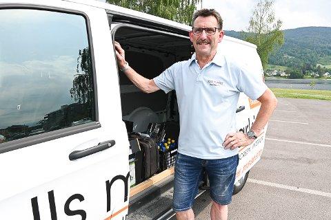 BUTIKK OG KONTOR: Ricard Barclay Nitter har hele jobben i bilen – den er transportmiddel, butikk og kontor.