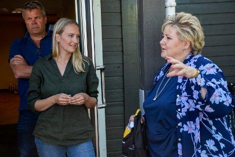 FÅR ERNA-HJELP: Sandra Bruflot fikk mange rosende ord fra Erna Solberg da statsministeren var på besøk i distriktet. I bakgrunnen er varaordfører Dag E. Henaug.