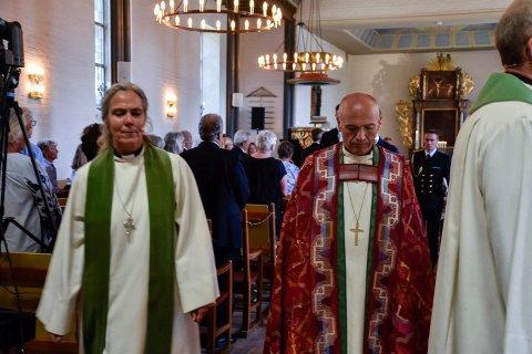 PREGET: Prost Kristin Moen Saxegaard og biskop Jan Otto Myrseth var som alle de andre i kirken, preget av alvor etterminnegudstjenesten.