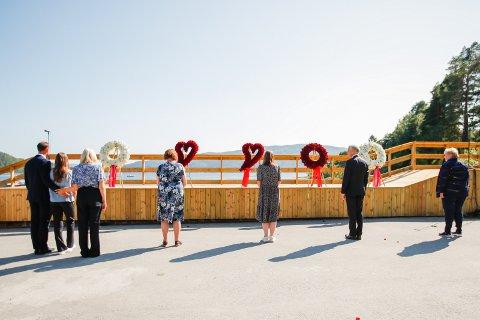 Kronprins Haakon, prinsesse Ingrid Alexandra, kronprinsesse Mette-Marit, Lisbeth Røyneland, Astrid Willa Eide Hoem, Jonas Gahr Støre og Erna Solberg legger ned blomster under minnemarkeringen på Utøya, 10 år etter terrorangrepet 22. Juli 2011.