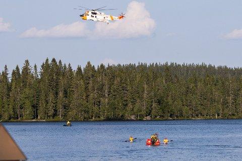STOR AKSJON: Etter at mannen var funnet livløs i vannet, ble det startet en stor aksjon fra nødetatene. En kvinne ble funnet i live.