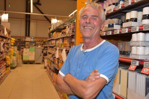 KLAR: Butikksjef Terje Olsen er klar til åpning av 5. august.