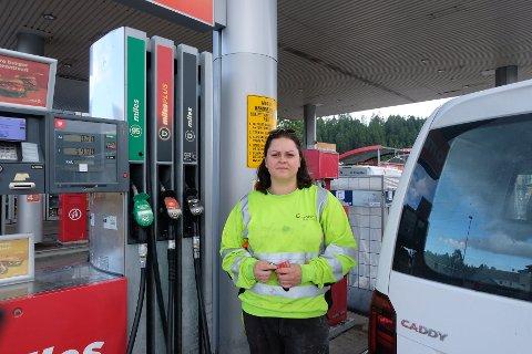 DYRE PRISER: De høye drivstoff prisene kommer til å vare utover sommeren. Det merker Anette (32) på lommeboka.