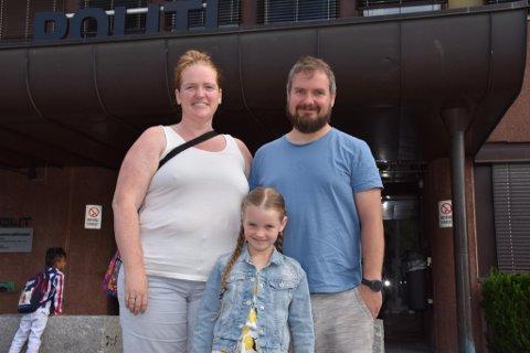 REISTE TIL HØNEFOSS: Tonje Helgerud og Stig Fjellbo tok med seg datteren Siri til Hønefoss fra Kolsås for å skaffe henne nytt pass.