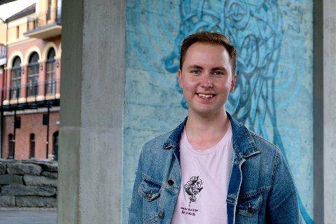 DRAG: På fritiden liker Marius Natland (20) å sminke seg opp i drag og lage TikTok videoer.