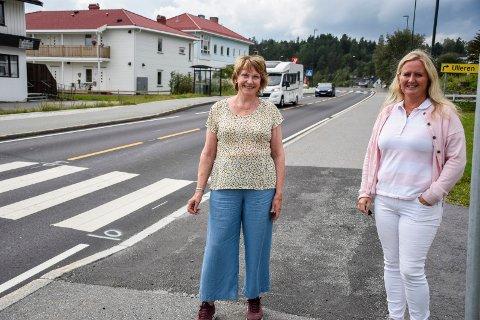 GANGVEI-ØNSKE: Lisa Holm Odden og Vibeke Eriksen er godt fornøyd med miljøgata gjennom Tyristrand. Nå håper de det snart kan bli gang- og sykkelvei mot Nakkerud og mot Ask.