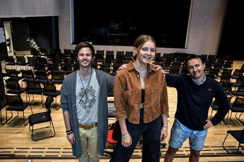SATSER: Maria Rensel satser for fullt på musikk. Det er både MUA-leder Kenneth Sørum Bekkemoen (t.v.) og pappa Frode Rensel fornøyde med.
