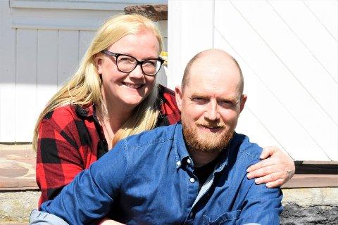 GIFTET SEG HER: Hans og Lisa giftet seg på denne trappa hjemme på Bjørke gård i Hole. De to traff hverandre i Tromsø, der Lisa bor mesteparten av året, og Hans bor halve året.