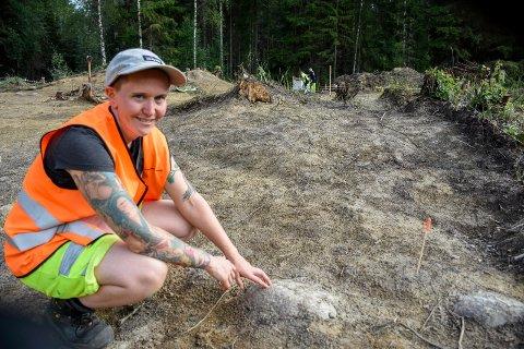 SPENNENDE FUNN: Anette Sand-Eriksen ved en av gravhaugene som undersøkes i Hole.