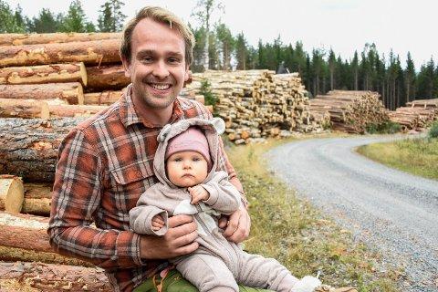 SKOGBRUKER: Harald Berg (32) og datteren Oline (9 mnd) midt i tømmeret som hentes fra 8.000 mål med skog.