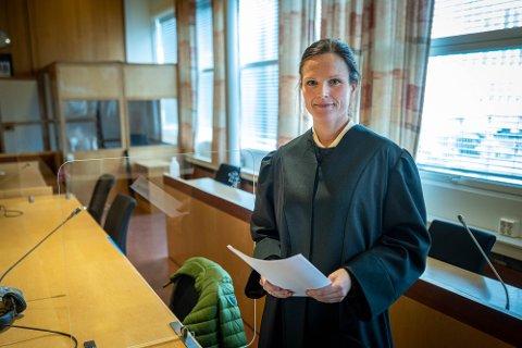 Advokat Ida Brabrand representerer den oppsagte lederen. Hun mener at han må få jobben tilbake.
