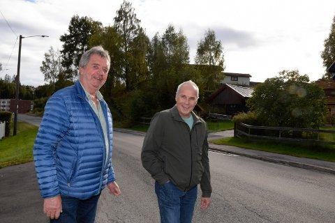 NOE HAR SKJEDD: Tom Hungerholdt (t.v.) og Bjørn Hansen fastslår at noe må ha skjedd. Veiarbeidene samsvarer ikke med svarbrevet de fikk fra kommunen.