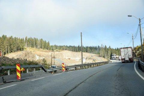 BREDT ANLEGGSOMRÅDE: Det bygges vei i et omkring 100 meter bredt belte sør for Sollihøgda.