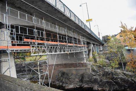 SKAL REPARERE: Dette stillaset er satt opp i forkant av store reparasjonsarbeider under bybrua i Hønefoss. Konsekvensen blir at ett felt over brua vil være stengt gjennom flere uker.