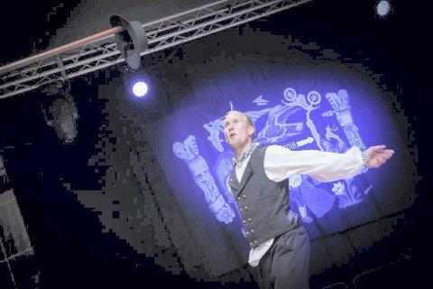 LÆREMESTER: Jondølingen Torbjørn Rua Dokken liker seg bak i kulissene, men det er mye takket være han så mange unge tinndøler har blitt så flinke til å danse folkedans.Foto: Laagendalsposten