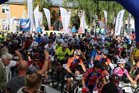 FRA STARTEN: Her et glimt fra starten på rittet over 100 km hvor 418 syklister følger ledebil ned til Dale.