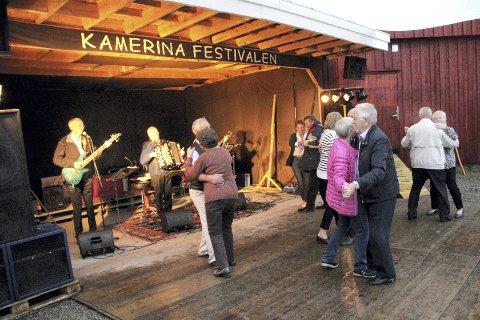 ORKESTER: Slettas orkester med Halvor Skoje på bass, Toralf Sletta på trekkspill og Frank Dahle på gitar sørget for at det ble livlig på dansegulvet på Kamerina.
