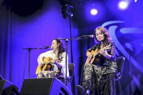 POPULÆRE BLUESDAMER: Rita Engedalen og Margit Bakken er i disse dager hektisk opptatt med Notodden Blues Festival. Snart dukker de opp i Hovin også.