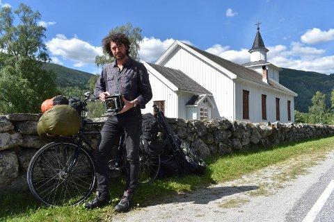 PÅ BESØK: Luca Berti brukte sommeren 2017 god til i Tinn på leit etter gode fotomotiver. Foto: Leon Solve Mossing Knudsen.