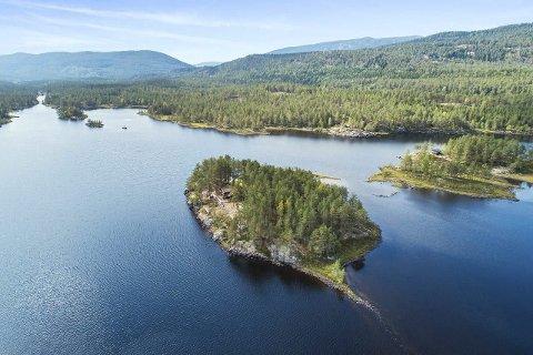 Vakkert: Eiendommen Knutsøy er til salgs for 4 990 000 kroner. Øy er på ni mål og med egen badestrand.  Holvmevatn er kjent for å være svært badevennlig. En får også mye kulturhistorie på kjøpet  - her er dett rike fløtningstradisjoner.(foto :DNB Eiendom)