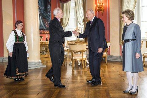 Kolbjørn Eyvind Sando fra Rjukan, ledsaget av Randi Elisabeth Sando, har mottatt kongens fortjenstmedalje. Her hilser de på kong Harald og Dronning Sonja hilser på under en mottakelse på Slottet onsdag.