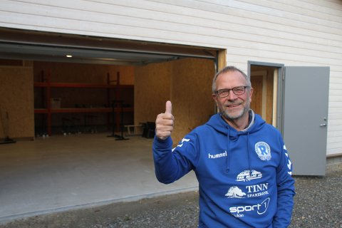 TAKKER FOR INNSATSEN: - Endelig får vi orden på lagringen, og det er en stor lettelse, sier leder Einar Rist, som takker Tinn kommune, byggfag på videregående og en rekke andre dugnadister.