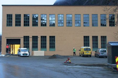 DØRENE PÅ PLASS: Bak provisoriske sponplate rer de nye inngangsdørene nå på plass.