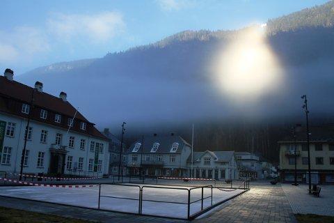 SKØYTEBANE I SOL: Skøytebanen på torget er snart klar til bruk, badet i lyset fra Solspeilet over Rjukan torg.