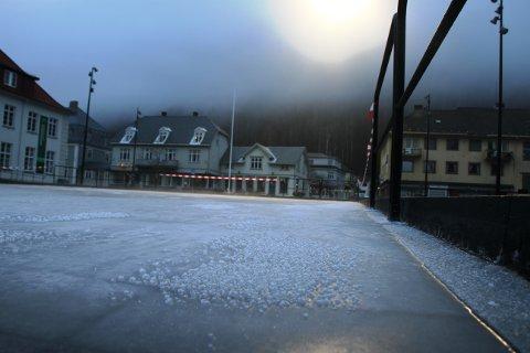 RUGLETE: Isen er ikke klar til bruk, og fortsatt noe ruglete, men snart gjøres isbanen klar til bruk.