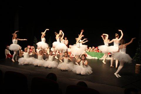 REISEN TIL JULESTJERNEN: Forestillingen inneholder dans, skuespill, humor og selvfølgelig en god porsjon julestemning.