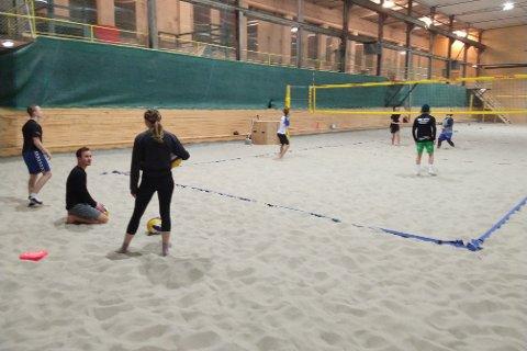 I BRUK DAGLIG: Interessen og aktiviteten i sandhallen er kraftig økende, og siden i høst er hallen nesten i daglig bruk av volleyballgruppa og elever ved Rjukan Idrett.