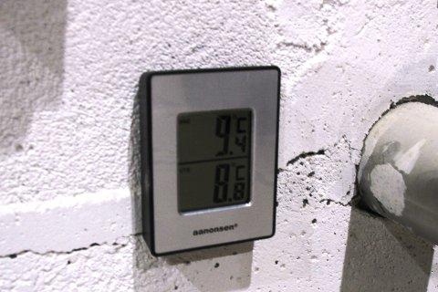 MÅLER TO STEDER I HALLEN: Da RA var på besøk i hallen var temperaturen kommet opp i mellom åtte og ni grader, noe som tross alt var en lettelse, men likevel altfor kaldt for spillerne som er aktive nesten hver kveld om dagen.
