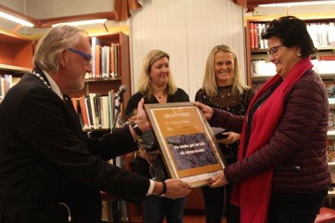 SATT PRIS PÅ: En overrasket Berit Rongsjord mottok fredag kveld Tinn kommunes Dialektpris under åpningen av Rjukan Litteraturfestival.
