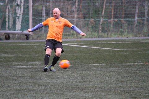 SISTE SPARK: Dette ble Kristian Skrindebakkes siste spark på ballen for Tinn/Rjukan i 7.divisjon (39). Nå gir han seg som spiller.