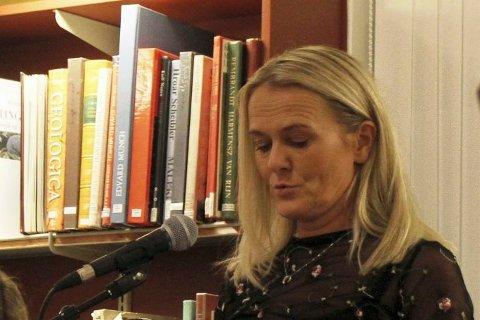 Marianne Skårdal er foreslått til en 9.plass på SVs fylkesliste for Telemark og Vestfold. Her under fredagens litteraturfestival  der hun offentliggjør vinneren av årets Dialektpris.