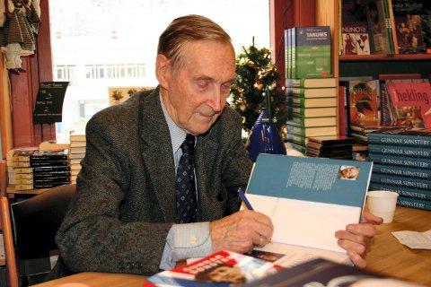 """Gunnar """"Kjakan"""" Sønsteby (1918-2012). Her signerer han en av sine bøker i bokhandelen på Rjukan."""