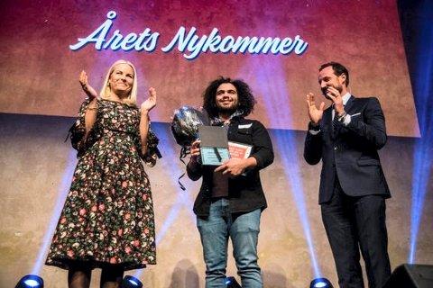 """GLAD: Prisen til """"Årets nykommer i frivilligheten"""" ble delt ut til Speiderleder Mohamad Nobel Omr Deeb fra Rjukan av H.K.H. Kronprinsen og H.K.H. Kronprinsessen på vegne av Frivillig.no og Frivillighet Norge, på Frivillighetens dag på DOGA i Oslo"""