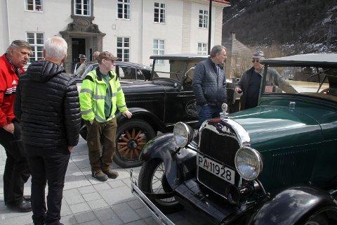 FANT TONEN UMIDDELBART: Med en samling veteranbiler på torget var tonen satt umiddelbart, da Rjukan & Tinn Motorhistoriske Klubb og Notodden Kjøretøyhistorisk Forening møttes for første gang og ble enige om samarbeid.