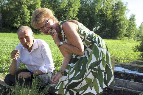 PÅ Topp: Terje Riis-Johansen og Kathrine Kleveland  på jordet.