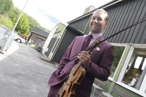 VINNER: Spelemann Lars-Ingar Meyer Fjeld ble telemarksmester på hardingfele.