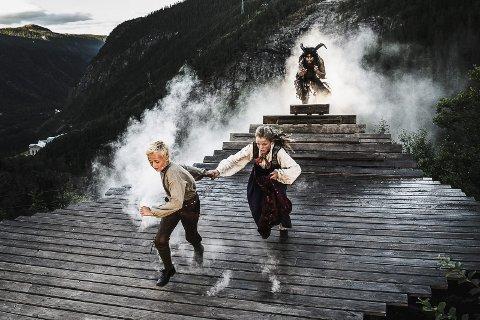 Spenningsfylt: De mange effektene og dramatiske scenene gjør marispelet ekstremt spenningsfylt. Her løper Mari og Øysten, spilt av Anne Håkanes og Mathias Danielsen vekk fra Fossegrimen (Dag Rune Sjøli)