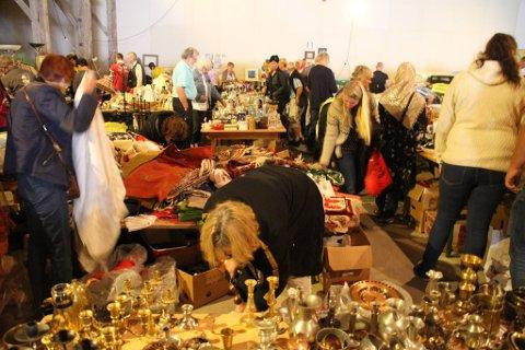 FRA IFJOR: Et bilde fra Ballonghallen under fjorårets loppemarked, som innbragte 150.000 til gode formål i Tinn.