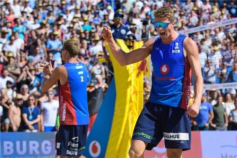 NÆRMEST USLÅELIGE: Anders Mol feirer en ny trurneringsseier med Christan Sørum. Nå er de OL-favoritter.